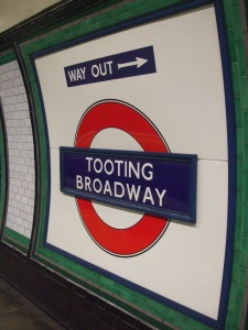 Tooting_Broadway_stn_roundel